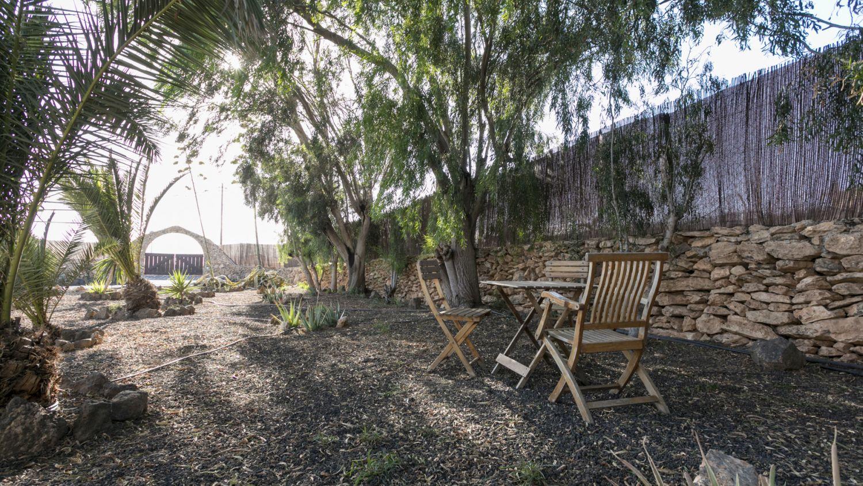 Grote tuin met zitjes / Large garden with seats